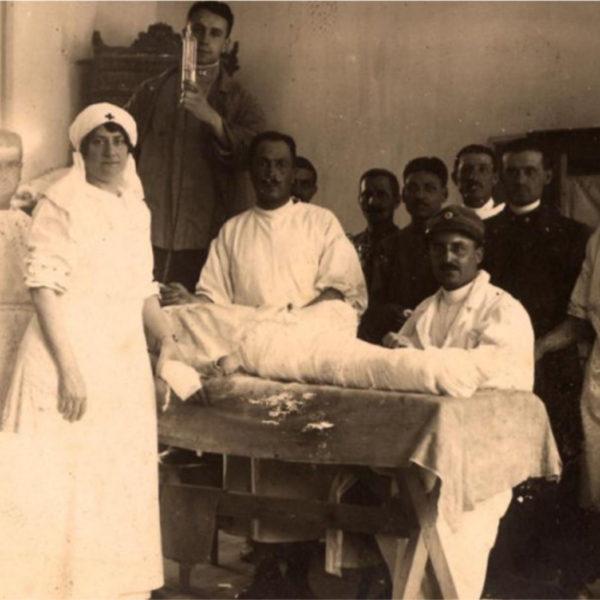 medici e personale paramedico accanto ad un ferito a Romans d'Isonzo